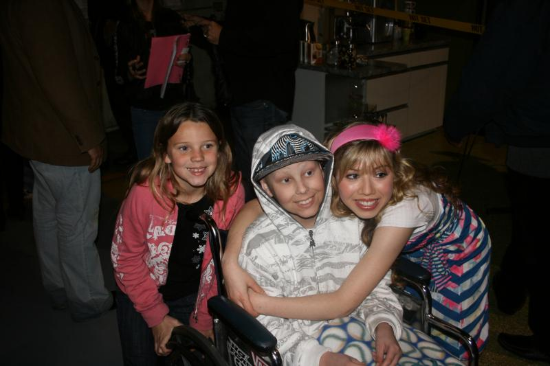 Jennette, Cody and Kristen on the set of True Jackson